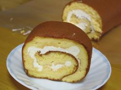 生クリームとスポンジだけの長いロールケーキ
